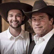 Famosos con sus padres: Patrick Schwarzenegger, ¡arriba vaqueros!