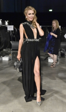 Paris Hilton, muy sexy de negro
