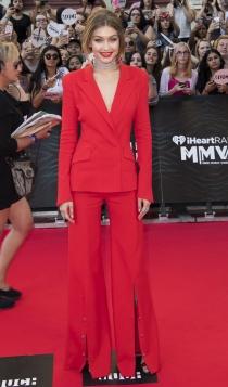 Gigi Hadid apuesta por un traje chaqueta