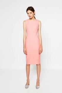 Para ir a la oficina, apuesta por este vestido rosa de ZARA