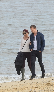 Taylor Swift y Tom Hiddleston, paseos por la playa