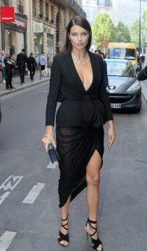 Famosos con la alta costura de París: Adriana Lima, total black