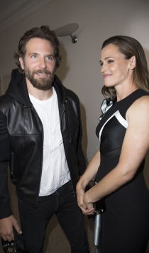 Famosos con la alta costura de París: Bradley Cooper, un novio atento