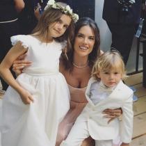 Alessandra Ambrosio, con sus hijos en la boda de Ana Beatriz Barros