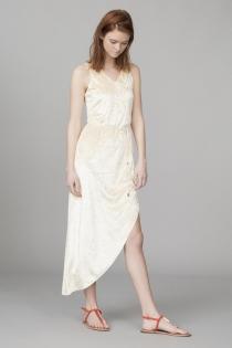 Un vestido blanco de Suite Blanco, ideal para las calas de Ibiaza