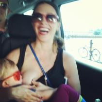 Lactancia materna: Alanis Morissette, una madre todoterreno