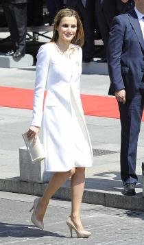 El vestido blanco de Letizia con abrigo a juego en la coronación de Felipe VI