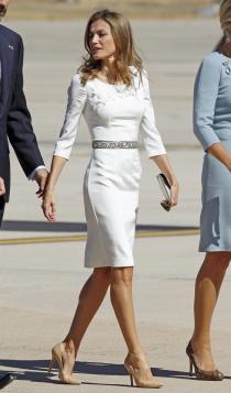La reina Letizia triunfante con un vestido blanco adornado con un cinturón