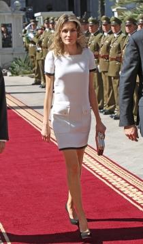 Un vestido blanco con ribetes negros de la reina Letizia