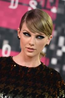 Maquillaje de ojos azule de famosas: Taylor Swift