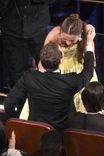 Alicia Vikander y Michael Fassbender, besos en los Oscars
