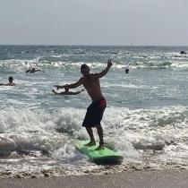 Mario Casas surfea en aguas californianas