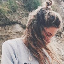 Maria Pombo, moño con estilo surfero