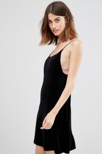 Un buen look de ASOS con vestido negro de verano