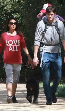 Ashton Kutcher y Mila Kunis, paseos familiares