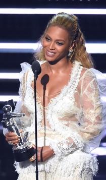 Beyoncé, la novia premiada en los MTV