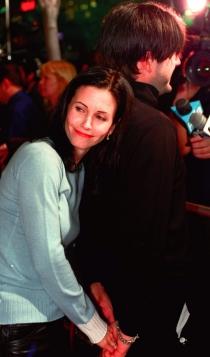 1999: Courteney Cox, feliz y enamorada