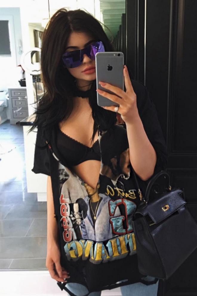 Tendencias de Kylie Jenner: camiseta rota y sujetador al aire