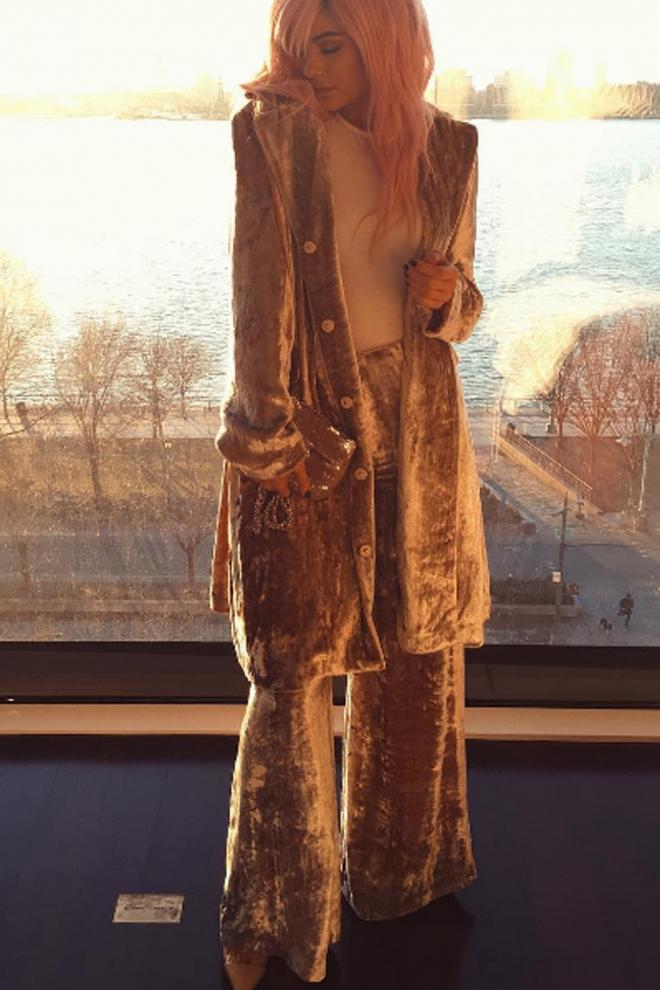 Tendencias de moda de Kylie Jenner: total look de terciopelo