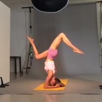 Vanesa Lorenzo en plena sesión de yoga