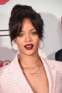 Los labios mate en color vino de Rihanna