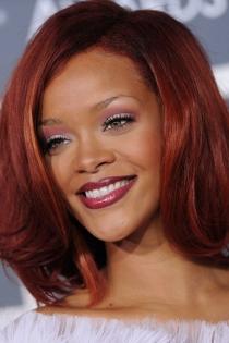 Los labios en granate brillante de Rihanna