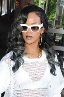Los labios plateados de Rihanna