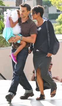 Olivier Martinez y Halle Berry, familia feliz