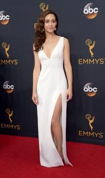 Emmys 2016: Emmy Rossum, sexy de blanco