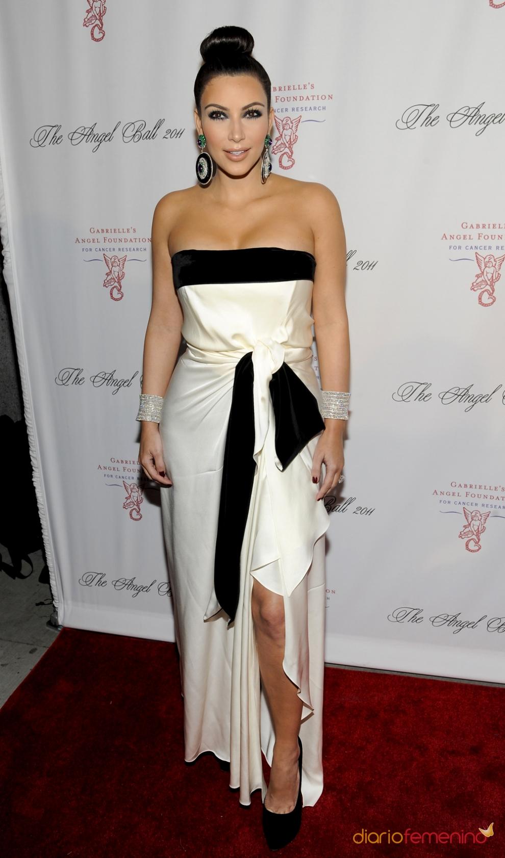 Kim Kardashian apostaba por looks black & white y moños de bailarina