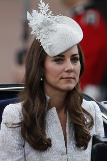 Tocados para bodas de mañana: la opción gris perla de Kate Middleton
