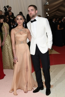 FKA Twigs y Robert Pattinson, pareja de guapos