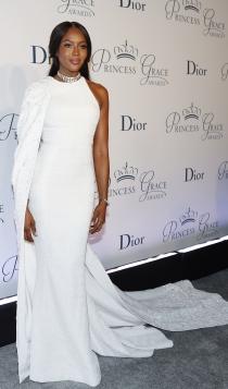 Naomi Campbell, elegante de blanco