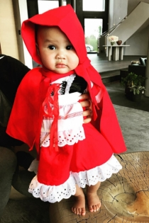 Luna Simone, una linda caperucita para Halloween