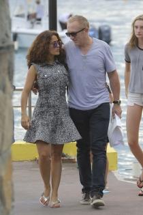 Salma Hayek y su marido, paseando juntos
