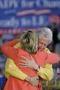 El colorido abrazo de Bill y Hillary Clinton