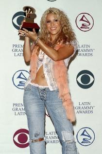 Shakira, con su premio Grammy del año 2002