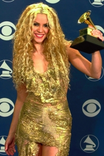Shakira, dorada y radiante con un Grammy en 2001