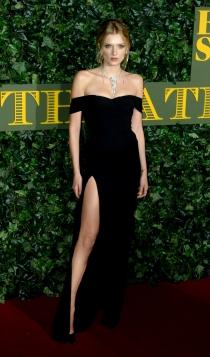 Lily Donaldson, sexy de negro