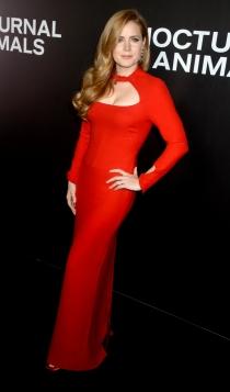 Amy Adams, muy sexy de rojo