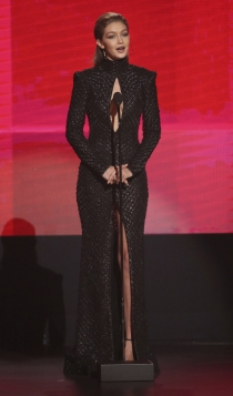 Gigi, vestido negro con apertura