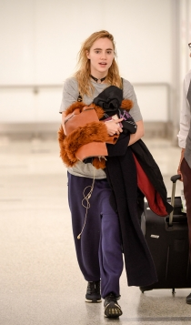 Looks de aeropuerto: Suki Waterhouse, irreconocible
