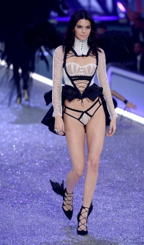 Desfile de Victoria's Secret 2016: Kendall Jenner, black & white