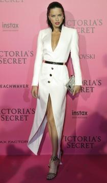 Adriana Lima, sexy de blanco