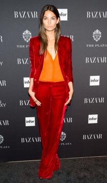 Traje rojo de terciopelo: estilo clásico como Lily Aldridge