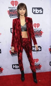 Traje rojo de terciopelo: estilo rockero como Zendaya