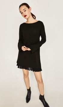 Un vestido negro de ZARA para recibir al 2017 muy sobria