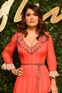 El escote de Salma Hayek con un vestido naranja