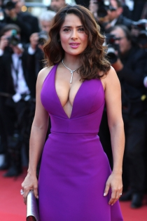 El escote de Salma Hayek con un vestido divino