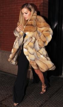 Rita Ora, muy abrigada